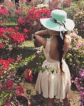 Мегз рокля с гол гръб и дантела
